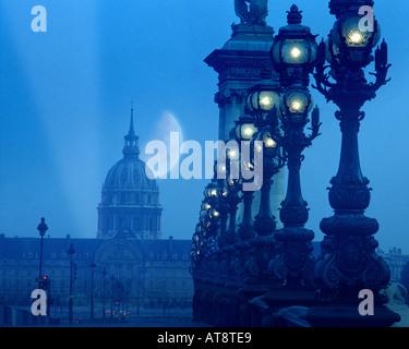 FR - PARIS: Soirée au Pont Alexandre III Banque D'Images