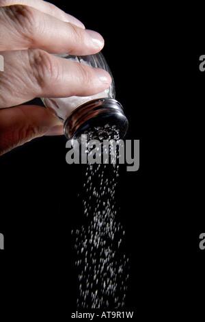 Main tenant à sel avec du sel en provenance Banque D'Images