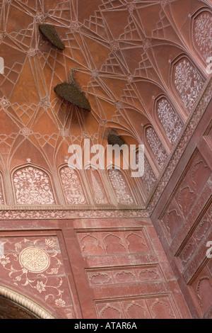 Des essaims d'abeilles Apis mellifera sur une coupole d'une mosquée au Taj Mahal Agra Inde Mars 2005 Banque D'Images