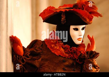 Carnaval de Venise masque blanc chapeau à plumes orange et marron orange ruff à l'costume Fête des masques de Venise