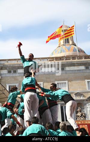 Castellers de Plaça Sant Juame Palau de la Generalitat en arrière-plan Barcelone Espagne à la Merce festival. Banque D'Images