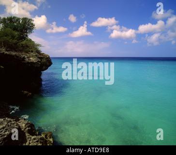 Ciel bleu turquoise mer rencontre près de Kipps Beach sur la côte rocheuse de l'île des Caraïbes de Curacao