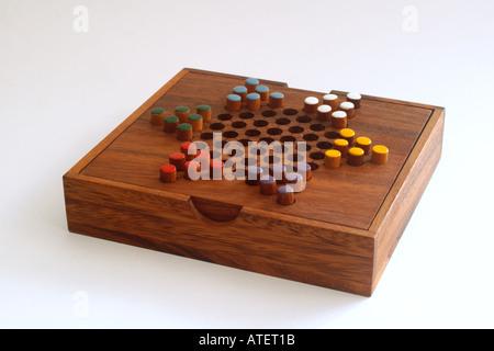 Chinese checkers chevilles couleur sur une planche en bois un jeu de stratégie et de planification
