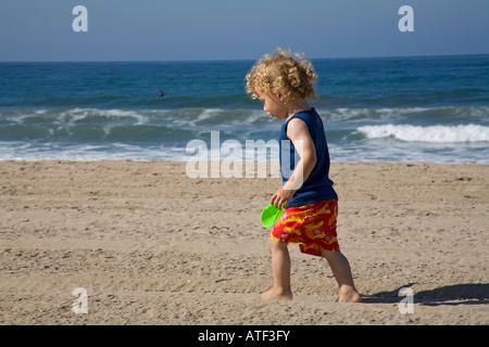 21 mois Garçon jouant sur Beach, Santa Monica, Los Angeles, USA Banque D'Images