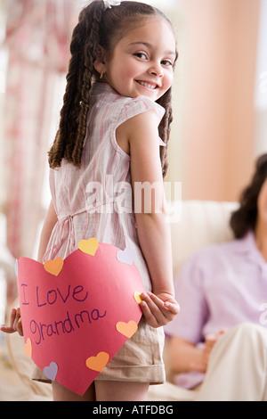 Fille avec carte pour mamie Banque D'Images