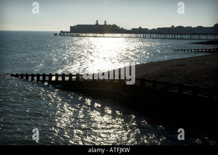 Hastings Pier et épis au bord de l'océan à Hastings East Sussex UK Banque D'Images