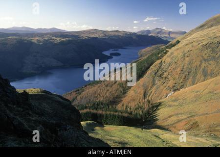 Lake district Thirlmere vue du sommet de montagne Brown Heather pentes longues et fines herbes Tarn vallée dans le lac
