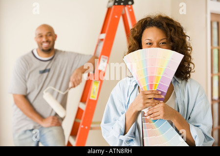 African woman holding paint swatches Banque D'Images