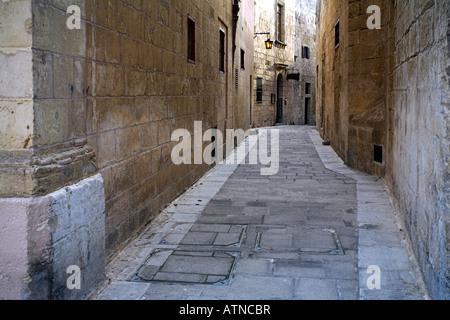 L'une des nombreuses rues étroites à Mdina Banque D'Images