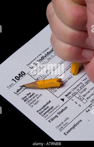 Briser la main libre sur le formulaire d'impôt sur le revenu des États-Unis Banque D'Images