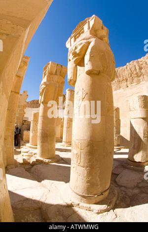 Temple Hatshepsut colonnes en pierre sculptée dans la chapelle d'Hathor, construit par la reine pharaon femelle Banque D'Images