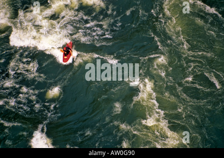 Kayak d'eau vive, Rivière Zambezi, Victoria Falls, Zimbabwe / Zambie Banque D'Images