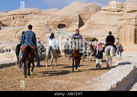 Jordanie Petra les touristes sont à cheval à l'entrée du canyon Bab es-Sik Banque D'Images