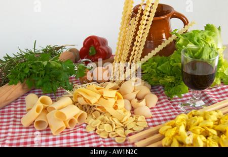 Légumes pâtes vin ingrédients de base de la nourriture italienne et méditerranéenne Banque D'Images