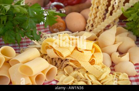 Oeufs pâtes légumes ingrédients de base de la nourriture italienne et méditerranéenne Banque D'Images