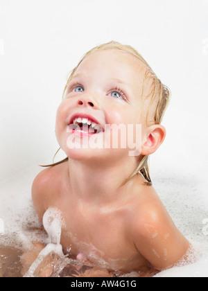 Petite fille prendre un bain. Banque D'Images