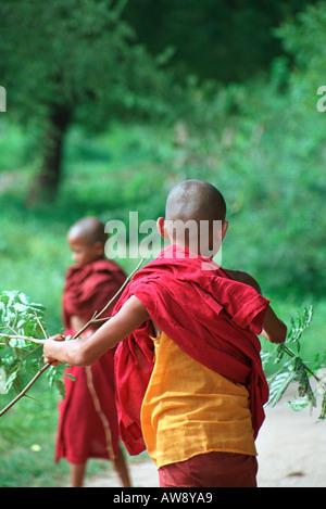 Jeunes moines jouant dans le village de Shwe Kyet encore, près de Mandalay, Myanmar (Birmanie) Banque D'Images