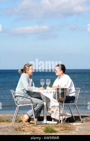 Un couple de manger avec vue sur mer Normandie France Banque D'Images
