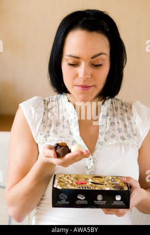 Femme avec une boîte de chocolats Banque D'Images