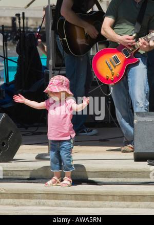 Jeune fille profiter de la musique à l'assemblée annuelle tenue chaque Festival Riversplash juin à Milwaukee WI Banque D'Images