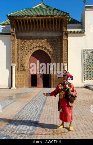 Vendeur d'eau à la porte d'entrée du mausolée Moulay Ismail Meknes Maroc Banque D'Images