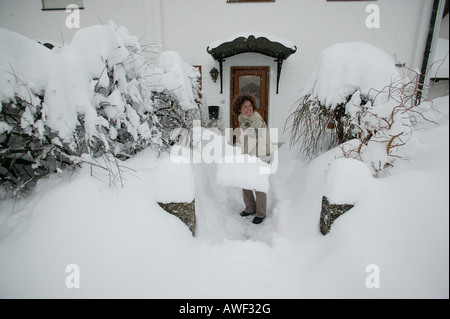 Femme de pelleter de la neige, de Haute-bavière, Bavaria, Germany, Europe Banque D'Images