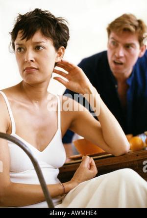 Couple arguing pendant le petit-déjeuner, tandis que man yelling femme regarde ailleurs en colère