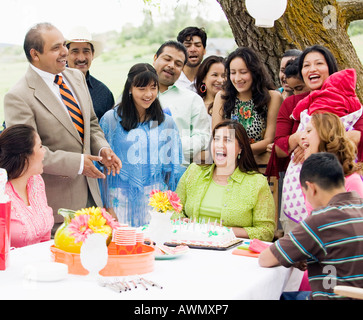Hispanic family at Birthday party Banque D'Images