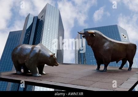 Tours jumelles de la Deutsche Bank avec Bull et bear sculptures pour la Deutsche Boerse (composer), Francfort, la Banque D'Images