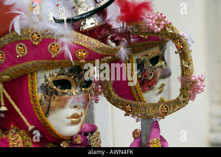 Les personnes portant des costumes et des masques pour le Carnaval de Venise, Italie, Europe Banque D'Images