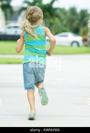 Fille courir en banlieue Banque D'Images
