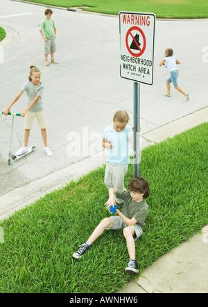 Les enfants de banlieue de traîner dans Street Banque D'Images