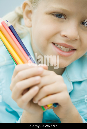 Girl holding Coloured Pencils Banque D'Images