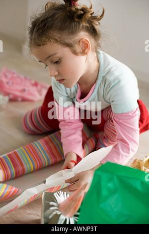 Une fille de papier d'emballage de coupe