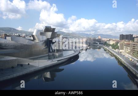 Guggenheim Museum sur les bords de la rivière Nervion Bilbao, Espagne Banque D'Images