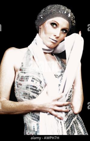 Jeune femme portant robe de soirée argent avec bonnet et écharpe Banque  D Images 77cfcdcee682