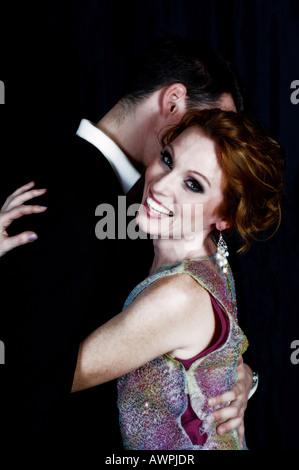 Jeune couple habillés en tenue de soirée hugging Banque D'Images