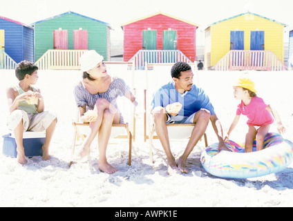 Family sitting on beach Banque D'Images