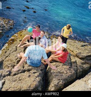 Deux couples et des enfants sur de la roche, high angle view Banque D'Images