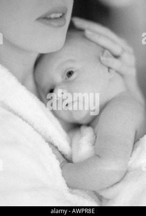 Mother holding infant, b&w Banque D'Images