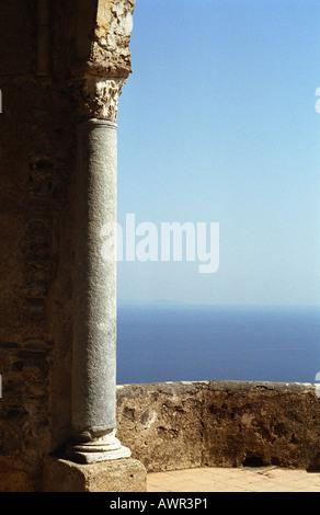 La colonne corinthienne sur terrasse Villa Cimbrone à Ravello, Italie. Banque D'Images