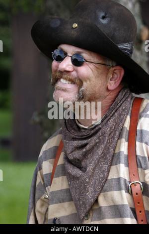 Un cowboy debout avec un sourire sur son visage Banque D'Images