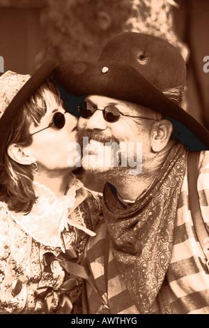 Un cowboy et dame partageant un baiser spécial au cours d'une reconstitution de l'ouest Banque D'Images