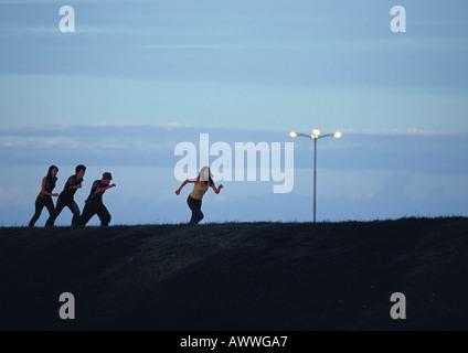 Les amis tournant au coucher du soleil Banque D'Images