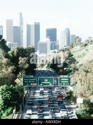 Modifié numériquement, à fort contraste de l'image l'heure de pointe du trafic sur Pasadena Freeway jusqu'au centre Banque D'Images