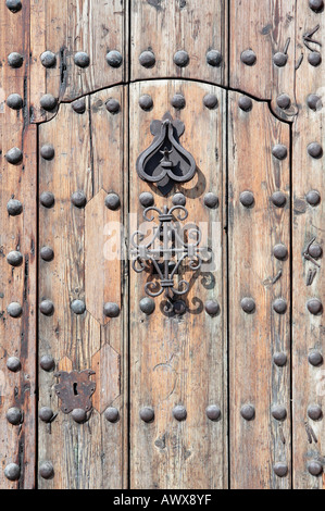 Meubles anciens et anciennes lourde porte de bois de vieux monastère en Espagne Banque D'Images
