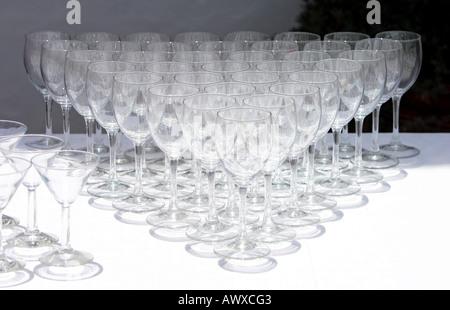 Rangées de verres à vin vide en attente d'être utilisé à l'occasion d'un mariage Banque D'Images