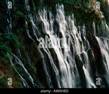 Des pleurs mur d'eau de 129 pieds au-dessus de cascades Burney Falls McArthur McArthur dans Burney State Park en Californie du Nord
