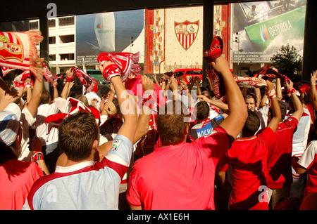 Sevilla FC fans cheering en face du stade, attendant l'arrivée de leur équipe, Séville, Andalousie, Espagne, Europe Banque D'Images