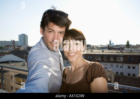 Un couple photographing themselves sur un toit-terrasse Banque D'Images
